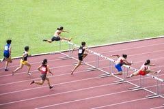 Obstáculos de 100m das mulheres imagens de stock