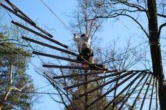 Obstáculos del surmountain de la mujer en el parque de la cuerda Fotos de archivo