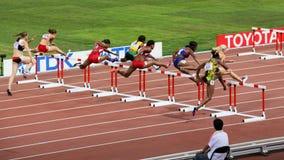 Obstáculos dos medidores das mulheres 100 finais em campeonatos mundiais de IAAF no Pequim, China Foto de Stock