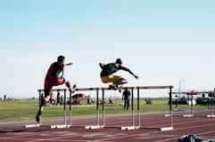 Obstáculos elevados dos homens Fotografia de Stock Royalty Free