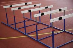 Obstáculos en la pista corriente roja interior Imagenes de archivo