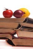 Obst und Gemüse auf alten Büchern Lizenzfreie Stockfotos