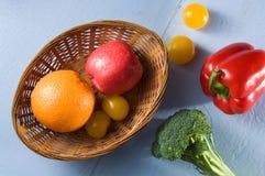 Obst und Gemüse auf dem Blau hölzern gemalt Stockbild