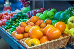 Obst und Gemüse auf dem Marktbehälter sind frisch und geschmackvoll Persimone, Zitrusfrucht, Orangen lizenzfreies stockbild