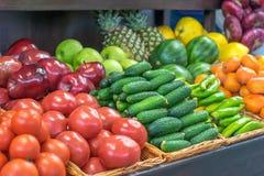 Obst und Gemüse auf dem Marktbehälter sind frisch und geschmackvoll Persimone, Zitrusfrucht, Orangen stockbilder