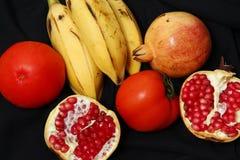 Obst und Gemüse auf dem schwarzen Hintergrund Lizenzfreies Stockbild