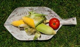 Obst und Gemüse auf einem hölzernen Urlaub lizenzfreie stockfotos