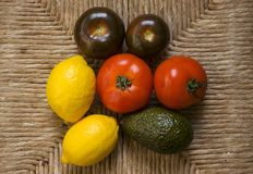 Obst und Gemüse auf Flechtweide Stockbild