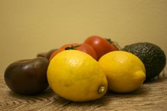 Obst und Gemüse auf Flechtweide Stockfotografie