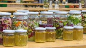 Obst und Gemüse in den Flaschen Stockfotos