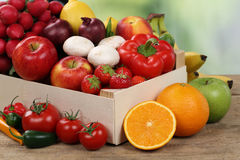 Obst und Gemüse der gesunden Ernährung im Kasten stockfotografie