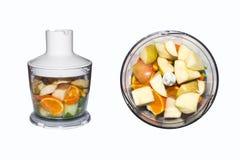 Obst und Gemüse in der Mischmaschine auf weißem Hintergrund Smoothies in der Mischmaschine von Obst und Gemüse von auf weißem Hin Stockfotografie