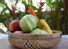 Obst und Gemüse in einem Korb Stockfotos
