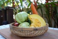 Obst und Gemüse in einem Korb Lizenzfreies Stockfoto