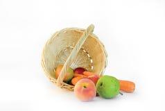 Obst und Gemüse in einem Korb Lizenzfreies Stockbild