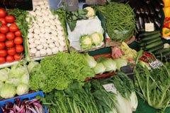 Obst und Gemüse für Verkauf in einem Markt Stockfotos