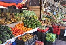 Obst und Gemüse für Verkauf am sich hin- und herbewegenden Markt im Freien in Willemstad, Curaçao lizenzfreie stockbilder