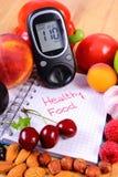 Obst und Gemüse mit glucometer und Notizbuch für Anmerkungen, gesundes Lebensmittel, Diabetes Lizenzfreie Stockfotografie