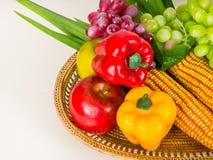 Obst und Gemüse Paprika, Mais, Trauben, pandan im Behälter Lizenzfreies Stockfoto