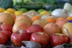 Obst und Gemüse sortiert durch Farbe stockbild