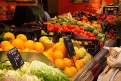 Obst und Gemüse stehen am Markt, Barcelona Stockbilder