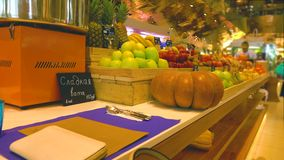 Obst und Gemüse am Supermarkt Text auf russisch bedeutet Zuckerwatte Video 4K Lizenzfreie Stockfotografie