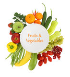 Obst und Gemüse um sie lizenzfreie stockfotografie
