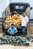 Obst- und Gemüse Verkäufer an einem Straßenrandmarkt nahe Mirissa auf der Südküste von Sri Lanka Stockfoto