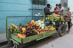 Obst- und Gemüse Verkäufer, Havana, Kuba lizenzfreie stockbilder