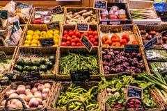 Obst und Gemüse am Zähler einer Markthalle lizenzfreies stockbild