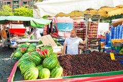 Obst-und Gemüsehändler am alten Fischmarkt durch den Hafen in Hamburg, Deutschland Lizenzfreie Stockfotografie