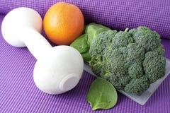 Obst und Gemüse mit Übungsausrüstung Stockbilder