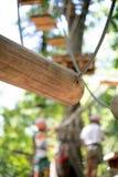 Obstacle en bois dans le chemin de terrain de jeu d'aventure Photos libres de droits
