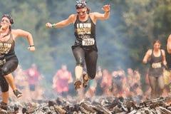 Obstacles de femme brûlant la course extrême de parcours du combattant d'identifiez-vous photos libres de droits
