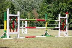 Obstacles et barrières d'équitation sur un événement sautant d'exposition photos stock