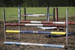 Obstacles et barrières d'équitation sur une voie de formation image stock