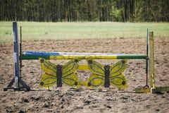 Obstacles et barrières d'équitation sur une voie de formation photo stock