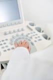 Obstetriker Using Ultrasound Machine arkivbilder