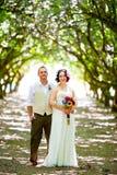 Obstgarten-Porträts der Braut und des Bräutigams Lizenzfreies Stockfoto