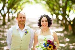 Obstgarten-Porträts der Braut und des Bräutigams Lizenzfreie Stockbilder