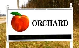 Obstgarten-Zeichen mit Pfirsich auf ihm Lizenzfreie Stockfotografie