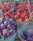 Obstkörbe auf dem Markt Stockfoto