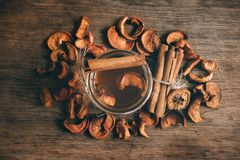 Obstkompott dämpfte Fruchtgetränk auf dem Küchentisch, Draufsichtfoto stockfotos