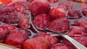Obstkompott von einer Erdbeere N?hern, summend laut 4K stock video footage