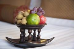 Obstkorb auf einem Bett stockfotos