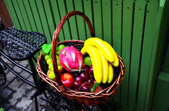Obstkorb auf einem Fahrrad Stockbilder