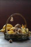 Obstkorb mit Bananen und Süßigkeit Stockbilder