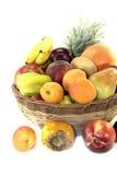 Obstkorb mit verschiedenen Früchten lizenzfreie stockfotografie