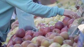 Obstmarkt mit gefährlichen umweltsmäßigplastiktaschen stock video