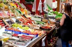 Obstmarkt mit verschiedenen bunten frischen Obst und Gemüse stockfotografie